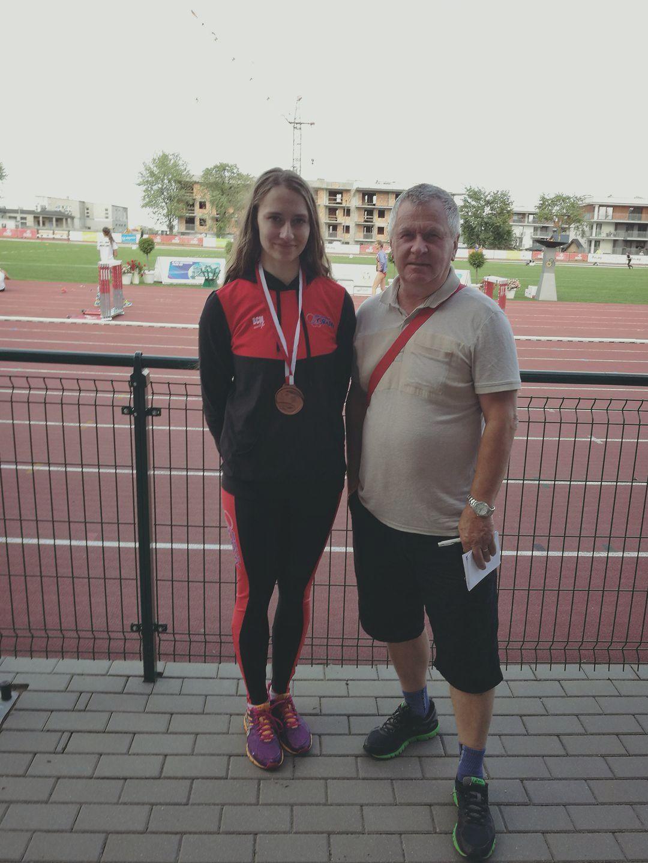 Asia Stanisławska z medalem i trenerem