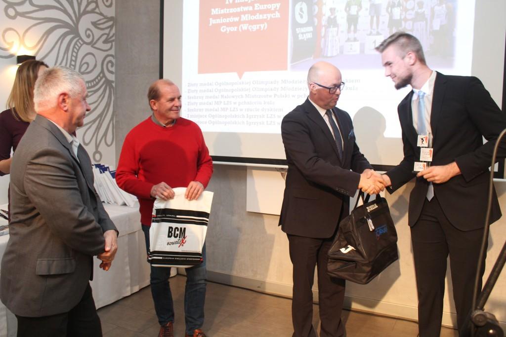 Wojtek odbiera nagrodę od Burmistrza